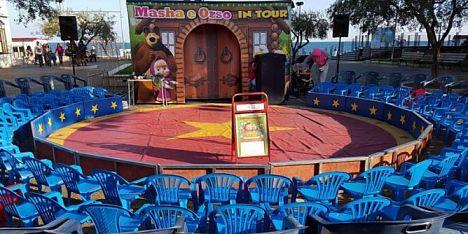 artisti in piazza con il circo dei cartoni