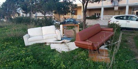 divani scaricati vicino la strada