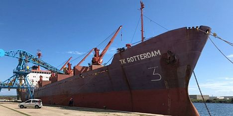Nave liberiana fermata in porto