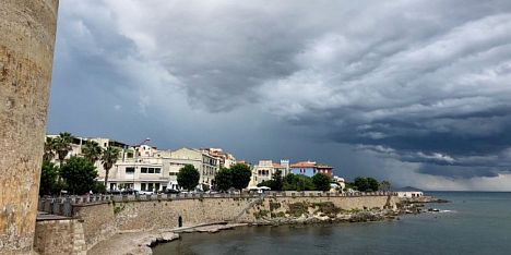 Turisti in fuga dalle spiagge. Temporale estivo su Alghero
