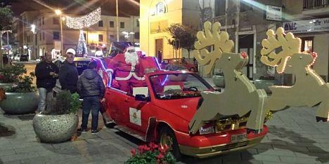 Porto Torres: la slitta di Babbo Natale percorre la città