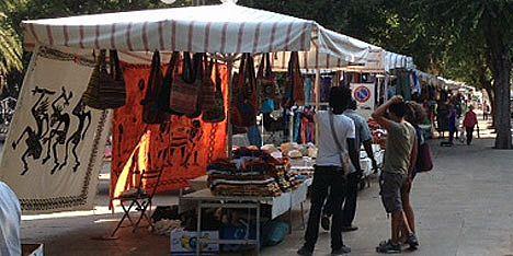 Rifiuti in aree mercatali: contenitori insufficienti